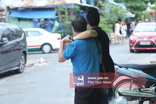 """Bắt gặp khoảnh khắc """"quấn quít"""" giữa Trọng Hiếu bên bố - Tin sao Viet - Tin tuc sao Viet - Scandal sao Viet - Tin tuc cua Sao - Tin cua Sao"""