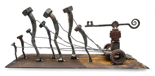 Cách uốn cong đầu những chiếc đinh của người thợ rèn đã thể hiện cảm xúc buồn bã và thất vọng của con người.