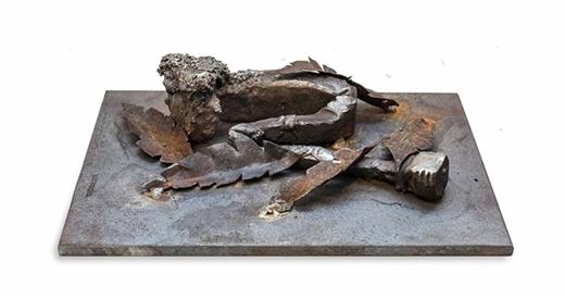 Chiếc đinh nằm co ro, bị phủ lên bởi đám lá cây khiến chúng ta liên tưởng đến người vô gia cư, hoặc những thành phần bị xã hội đào thải.