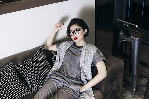 Cô nàng đặc biệt yêu thích những gam màu trung tính sang trọng, bí ẩn trong thời trang.