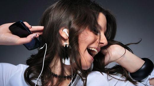 Một nghiên cứu đăng trên Journal of Advanced Nursing cho biết, việc nghe nhạc rất nhiệm màu khi có thể làm giảm cơn đau mãn tính như viêm xương khớp, vấn đề đĩa đệm và viêm khớp dạng thấp… lên đến 21% và giảm trầm cảm lên đến 25%. Tuy nhiên, nếu nghe nhiều và âm thanh lớn quá thì không tốt đâu nhé!