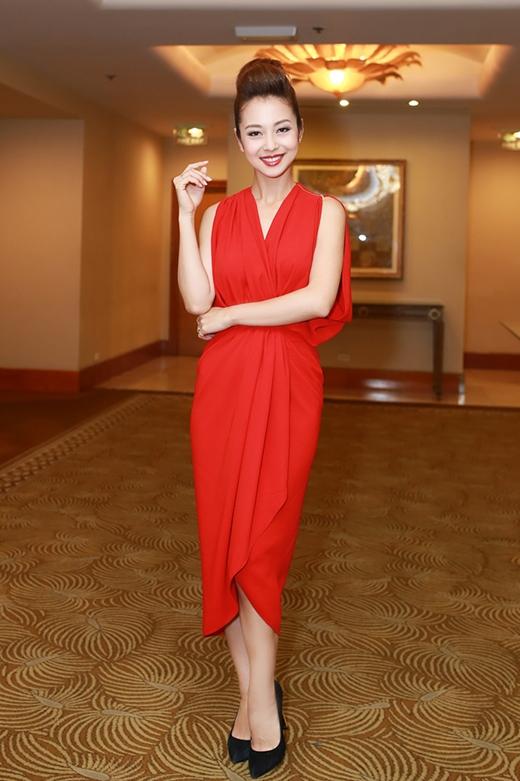 Cô diện chiếc đầm có thiết kế hiện đại, lạ mắt với sắc đỏ nổi bật của nhà thiết kế Lê Thanh Hòa.