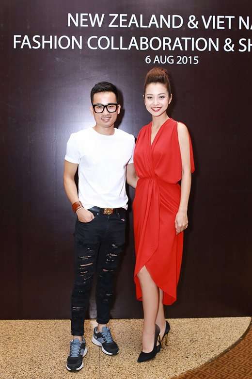 Jennifer và nhà thiết kế Hà Duy - khách mời trình diễn một bộ sưu tập trong đêm tiệc.