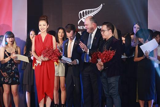 Người đẹp nhận hoa cảm ơn từ chương trình.