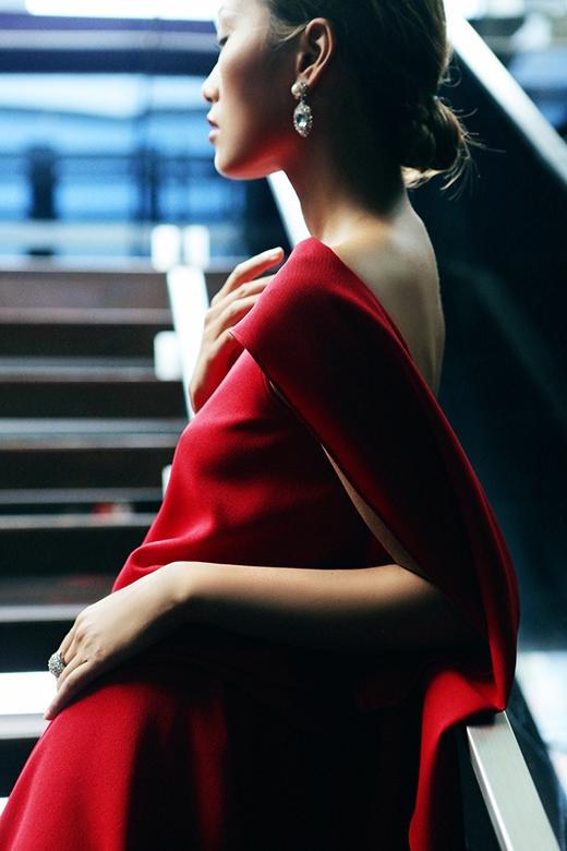 """Sự nổi bật, nét quyến rũ đến """"chết người"""" của sắc đỏ dường như chưa bao giờ giảm sức hút. Một chút chấm phá vào bức tranh mùa thu cũng đủ làm cho bầu không khí trở nên ấm áp, nồng nàn hơn."""