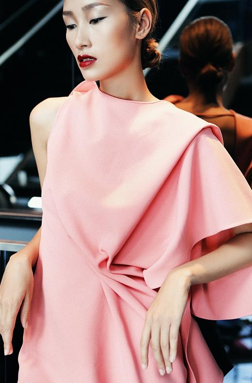 Sắc màu pastel dịu ngọt vẫn giữ vững vị thế của mình dù từng làm mưa làm gió trên các sàn diễn thời trang danh giá và được nhiều nhà thiết kế trong nước lăng xê trong mùa mốt Xuân - Hè vừa qua.
