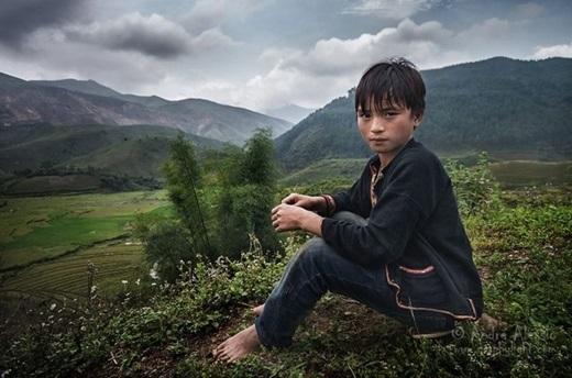 Vẻ đẹp của một cậu bé người dân tộc qua ống kính nhiếp ảnh gia người Pháp.