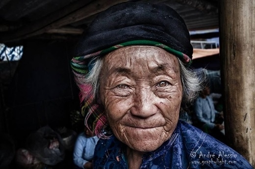 Đôi mắt cực kì có hồn của một cụ già người dân tộc.