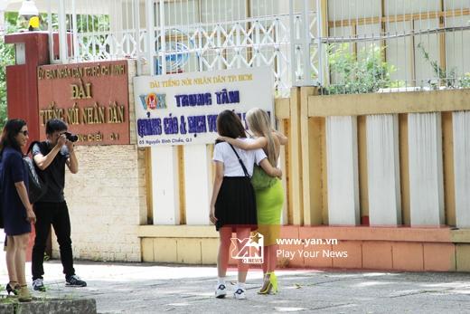 Cả hai nhắng nhít chụp ảnh ngoài đường - Tin sao Viet - Tin tuc sao Viet - Scandal sao Viet - Tin tuc cua Sao - Tin cua Sao