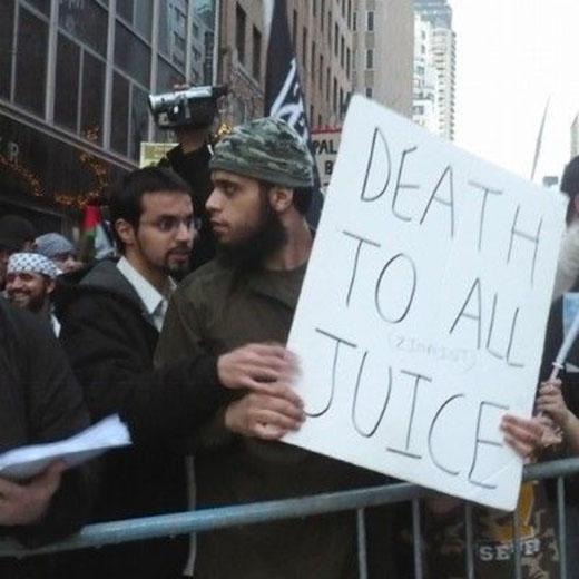 Những người dân Pakistan phẫn nộ đi biểu tình nhưng lại cầm biển Cái chết với nước hoa quả, thay vì Justice (Công lý).