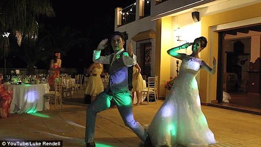 Video ghi lại tiết mục nhảy vui nhộn của đôi vợ chồng trẻ này đã thu hút hơn 800.000 lượt xem trên mạng xã hội Youtube.