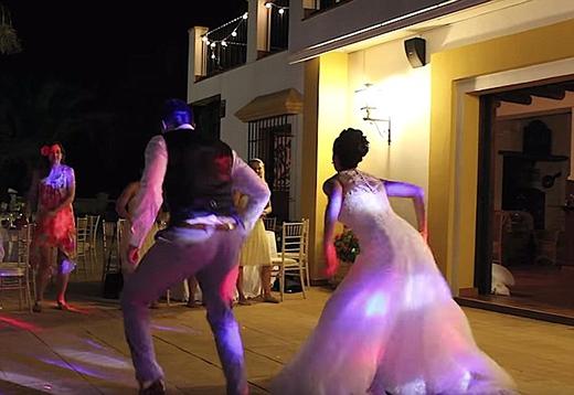 """Những động tác mạnh mẽ, tuy có phần """"ngô nghê"""" nhưng dễ thương của cô dâu và chú rể đã tạo nên những tiếng cười sảng khoái."""