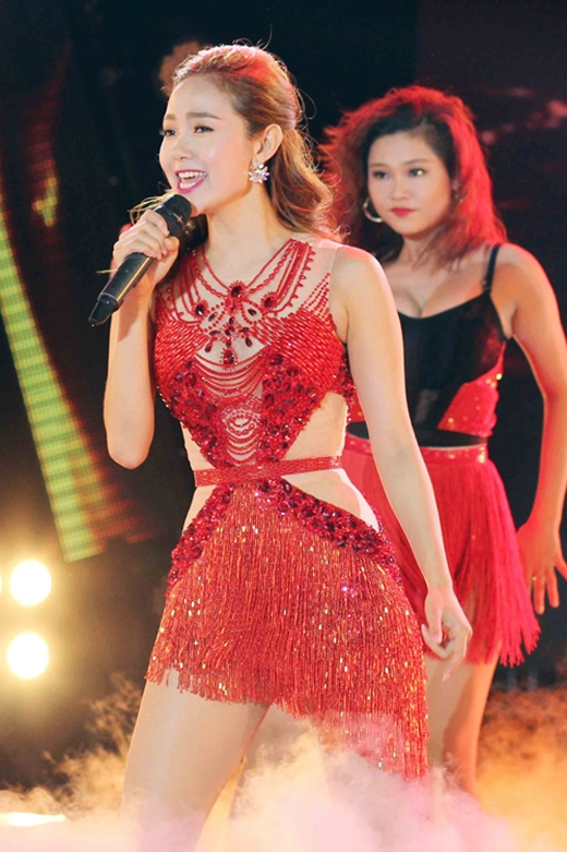Vẻ đẹp đầy thu hút của Minh Hằng trong những thiết kế cut out, xuyên thấu táo bạo. Dĩ nhiên, sắc đỏ càng làm tăng thêm sự nổi bật, quyến rũ cho nữ diễn viên tài năng, xinh đẹp.
