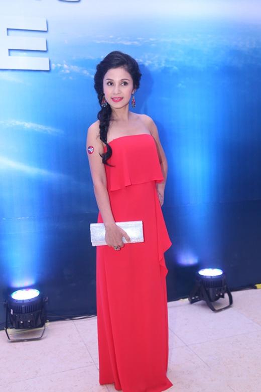 Diễn viên Việt Trinh trông trẻ trung, xinh đẹp hơn hẳn khi chọn bộ váy quây suông dài tông đỏ tham dự một sự kiện vào tối 30/7.