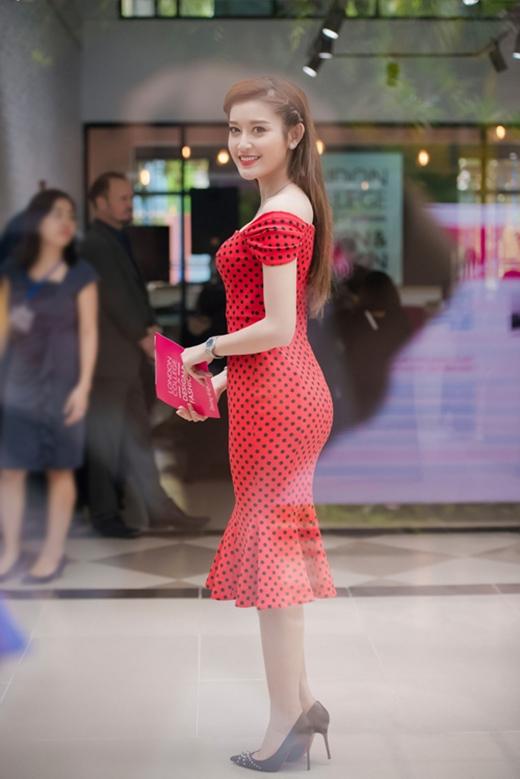 Hai thiết kế có kiểu dáng tương tự nhưng Angela Phương Trinh lại có phần ăn điểm hơn Á hậu Huyền My bởi thân hình cò hương mảnh dẻ cùng việc kết hợp phụ kiện tinh tế.