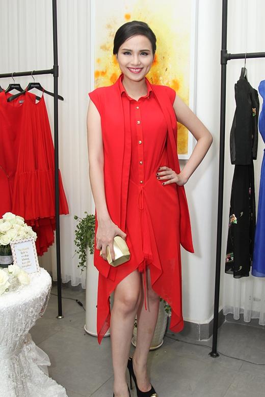 Hoa hậu Diễm Hương cũng khá ưa chuộng tông màu đỏ khi liên tục diện chúng trong thời gian gần đây.