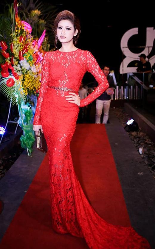 Trương Quỳnh Anh không khác một quý bà trong chiếc đầm ren đỏ đuôi cá.