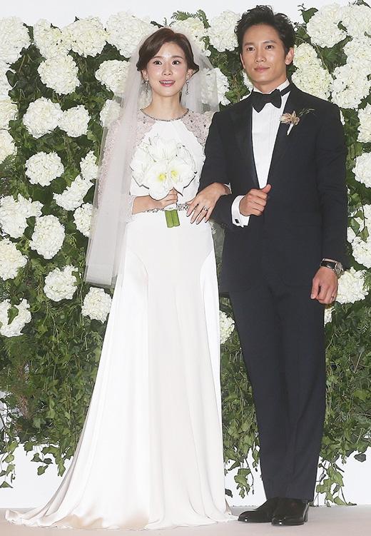 Sau nhiều tháng hồi hộp mong chờ, Lee Bo Young và Ji Sungcuối cùng đã chào đón thiên thần nhỏ là một bé gái xinh đẹp vào tháng 6 vừa qua. Cả hai không giấu được vẻ hạnh phúc trên gương mặt trong những tấm hình gần đây.
