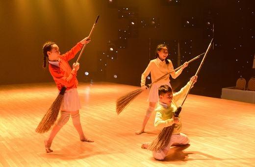 Minh Hằng căng thẳng, hồi hộp nhìn các con tập nhảy - Tin sao Viet - Tin tuc sao Viet - Scandal sao Viet - Tin tuc cua Sao - Tin cua Sao