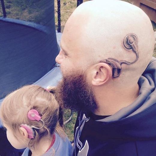 Xúc động trước tình cảm của bố dành cho con gái bị khiếm thính