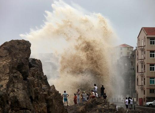 Sau khi đổ bộ vào Trung Quốc, cơn bão đã gây ra gió giật mạnh.