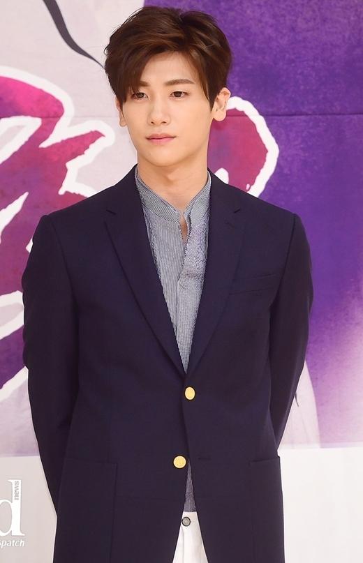 """Hyungsik (Ze:A) để lại ấn tượng với các fan từ khi mới ra mắt bởi gương mặt đáng yêu cùng tính cách """"tưng tửng"""". Thời gian trôi qua, sự trưởng thành cả về ngoại hình lẫn nhan sắc giúp nam thần tượng ngày càng được yêu thích."""