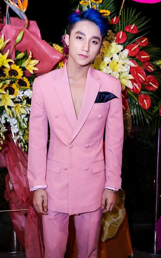 Tham dự một sự kiện vào tối 7/8 tại TP.HCM, Sơn Tùng thu hút mọi ánh nhìn khi diện bộ vest tông hồng pastel ngọt ngào, lãng mạn. Mái tóc nhuộm xanh càng khiến giọng ca Không phải dạng vừa đâunổi bật giữa hàng loạt ngôi sao.