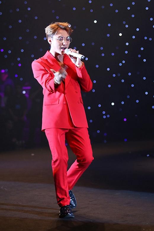Bộ vest đỏ từng giúp Sơn Tùng thay đổi diện mạo một cách ngoạn mục khi trình diễn tại Đêm hội chân dài 9.