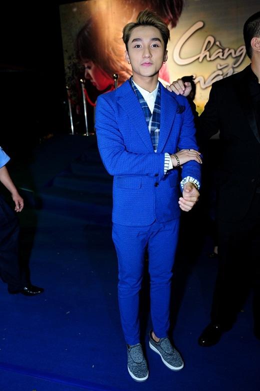 Sự kết hợp hài hòa giữa những đường kẻ sọc caro cùng sắc xanh coban hiện đại, trẻ trung trên bộ vest của Sơn Tùng.