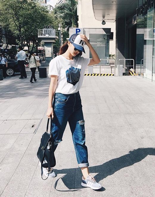 Hãy nhìn xem, Khả Ngân vô cùng đơn giản với áo phông, quần jeans nhưng vẫn thu hút đấy nhé. Dĩ nhiên, cách phối trang phục này là một điều khá dễ dàng với các cô gái bằng những món đồ thông dụng.