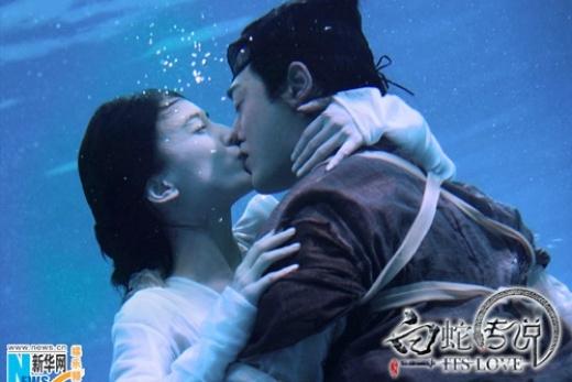 Người hâm mộ Thanh Xà, Bạch Xà năm 2011 cũng được chứng kiến nụ hôn ngọt ngào giữa Lâm Phong và Huỳnh Thánh Y.