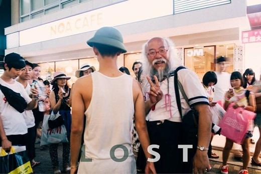 """Lắng đọng với bộ ảnh chàng trai """"nón cối, quần đùi lạc giữa Tokyo"""