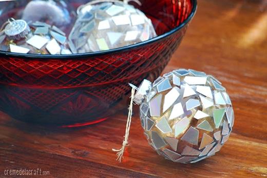 Ngoài ra, bạn cũng có thể dùng những mảnh đĩa đã cắt để dán vào các quả cầu trong suốt và hoàn thành phần trang trí cây thông Noel một cách dễ dàng.
