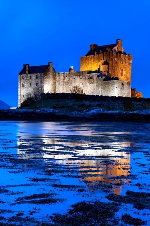 Nằm trên một hòn đảo nhỏ - nơi giao nhau của ba biển hồ - lâu đài Eilean Donan ở cao nguyên Scotland chính là nhà của cô công chúa tóc đỏ dũng cảm Merida. Lâu đài này có niên đại từ giữa thế kỉ thứ 13.