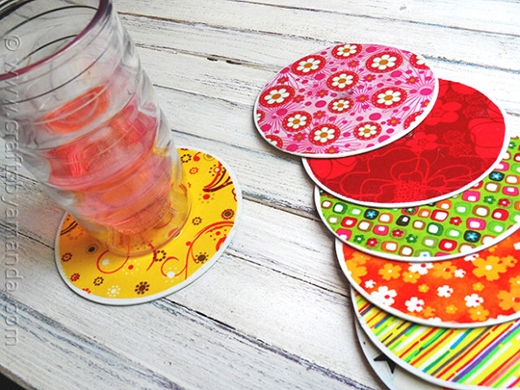Bên cạnh đó, bạn cũng có thể hô biến những chiếc đĩa CD cũ thành miếng lót li đủ màu sắc thế này. Chỉ cần dùng vải đủ màu dán lên cả hai bề mặt của chúng mà thôi.
