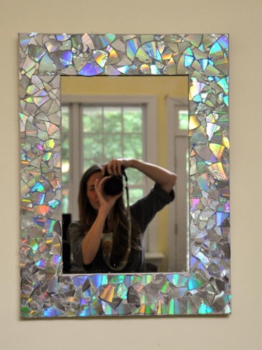 Bạn cũng có thể hô biến chiếc gương treo tường bằng những chiếc đĩa CD lấp la lấp lánh đậm chất riêng của bạn.