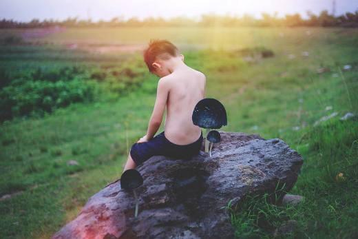 Cuộc sống của em là những nơi hoang vắng, bạn bè của em là sự cô đơn và tủi hờn.