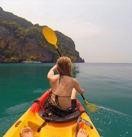Cùng nhau chèo thuyền trên vùng nước cực đẹp.