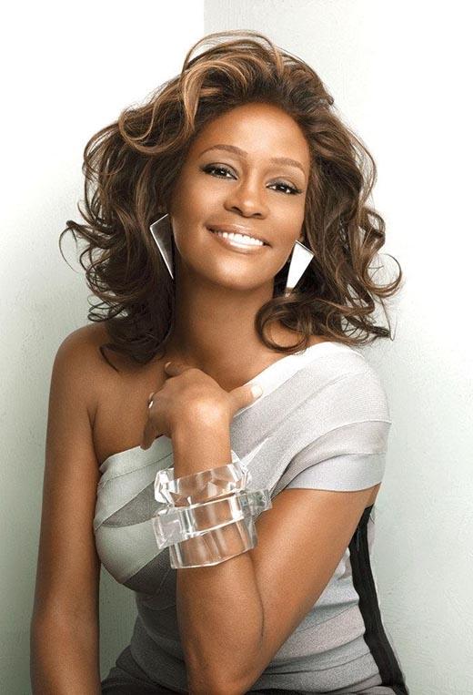 Huyền thoại Whitney Houston luôn được biết đến là một ngôi sao có hành xử diva. Vào năm 2011, giọng ca I Will Always Love You đã suýt nữa cất cánh một chuyến bay mà không đeo dây an toàn. Lúc đầu cô được báo cáo là từ chối thắt dây an toàn, đến khi một tiếp viên hàng không cảnh báo rằng cô có thể sẽ bị mời xuống máy bay, một người đi cùng Houston mới đeo dây an toàn hộ cô để chuyến bay có thể tiếp tục.