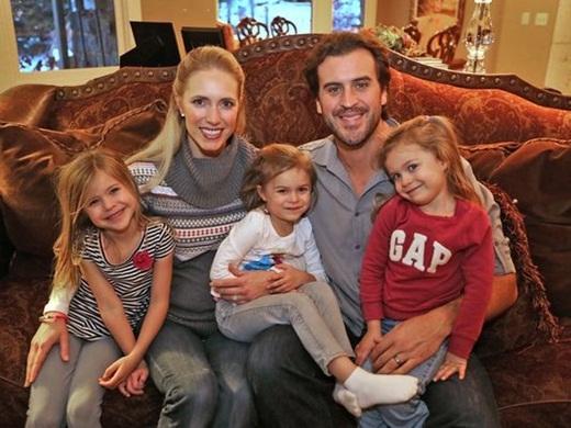 Ben Utecht bên vợ và ba cô con gái nhỏ.