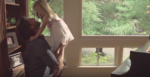Hình ảnh từ MV của anh chàng cầu thủ muốn dành tặng vợ con trước khi hoàn toàn mất đi trí nhớ.