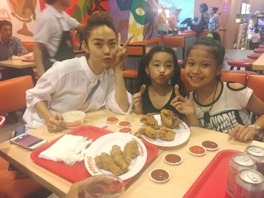Sau khi chơi thỏa thích, ba cô trò cùng nhau ăn món gà khoái khẩu. - Tin sao Viet - Tin tuc sao Viet - Scandal sao Viet - Tin tuc cua Sao - Tin cua Sao