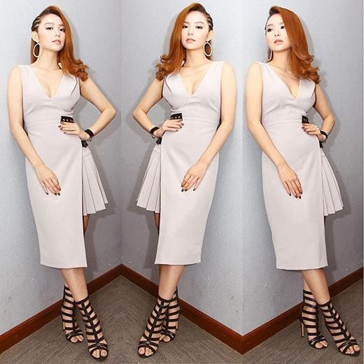 Minh Hằng nhẹ nhàng nhưng vẫn ấn tượng trong chiếc váy tông xám có cấu trúc bất đối xứng mang đậm âm hưởng của thời trang hiện đại.