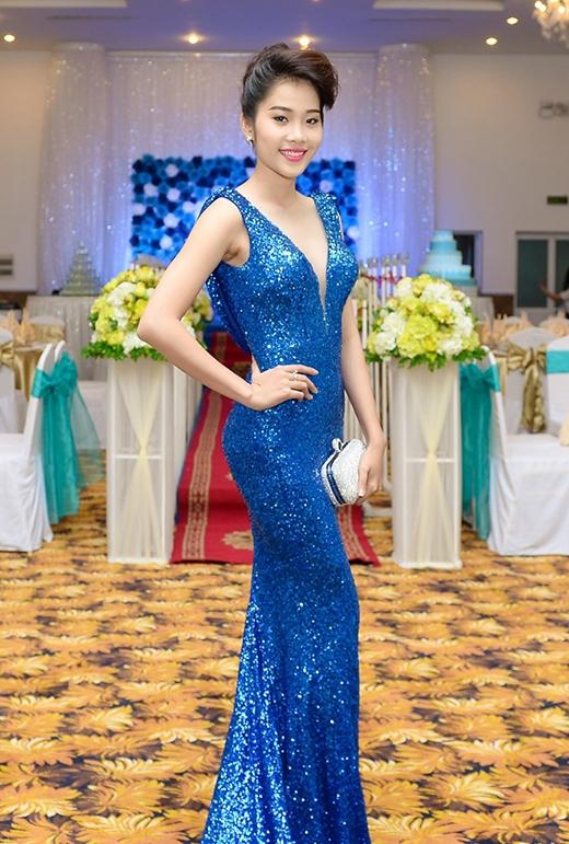 Hoa khôi Đồng bằng sông Cửu Long 2015 - Nguyễn Lệ Nam Em ghi điểm với sắc xanh trong thiết kế đuôi cá bằng chất liệu sequin.