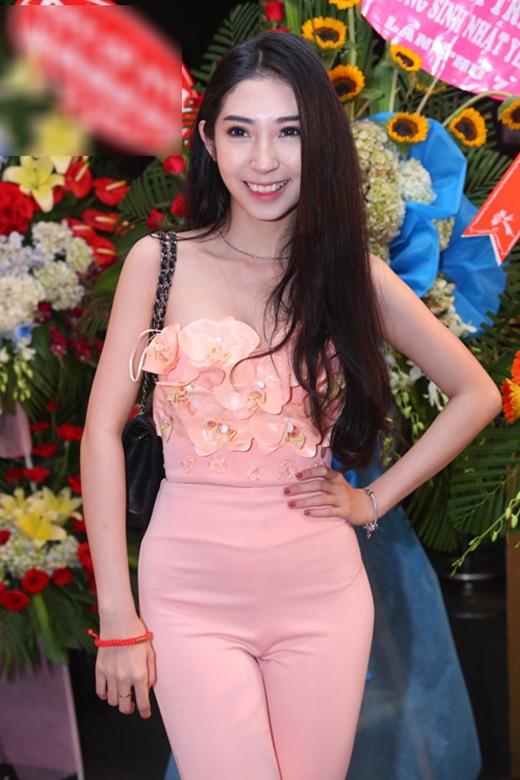 Một hình ảnh nhợt nhạt, thiếu sức sống của Khổng Tú Quỳnh từ trang phục đến kiểu trang điểm.