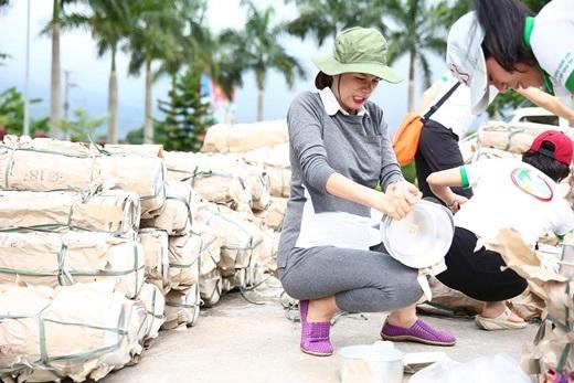 Trang Trần vác bụng bầu hăng say làm từ thiện - Tin sao Viet - Tin tuc sao Viet - Scandal sao Viet - Tin tuc cua Sao - Tin cua Sao