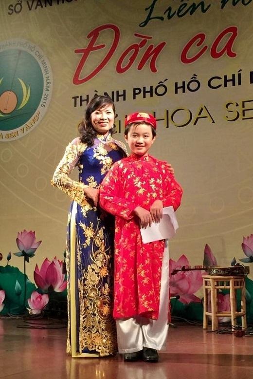 Ba mẹ chia tay, Thế Thanh và em trai Hải Thanh sống với cô Út từ nhỏ.