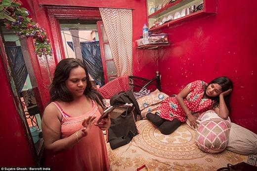 Santoshi và đồng nghiệp trong căn phòng của cô. Cô tự nguyện bán thân xác và coi đây là cách thoát nghèo.