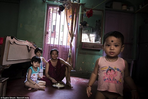 Jyoti cùng 3 con. Trong khu nhà thổ, nhiều đứa trẻ khác cũng đang sống cùng mẹ.