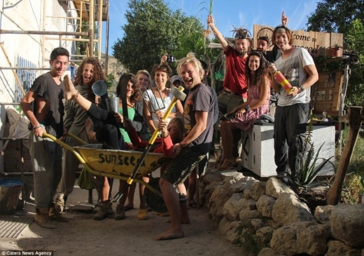 Trên đường đi du lịch, Eriknghe nói về Sunseed, một thị trấn nhỏ ở Tây Ban Nha và quyết định bỏ hết tất cả để đến đây làm tình nguyện viên với mức lương 45 euro một tuần (hơn 1 triệu đồng),